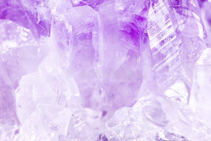 Крупный план камня фиолетового аметиста минерального стоковая фотография