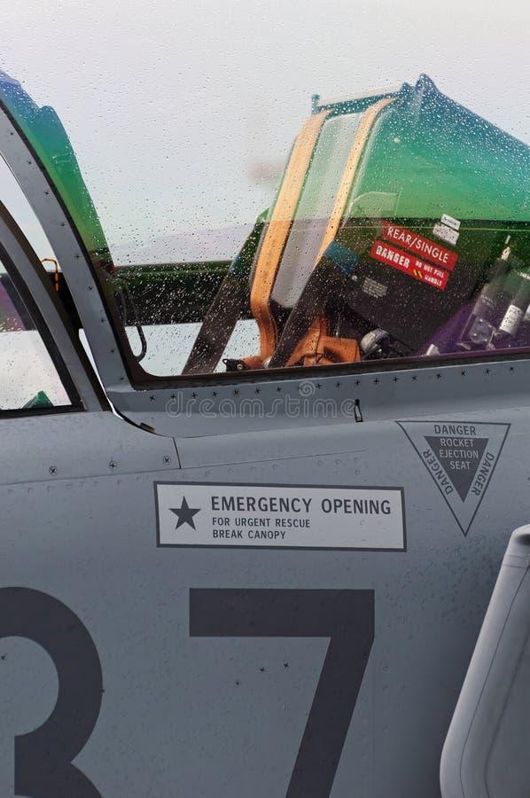 Крупный план катапультируемого сидения внутри арены современного военного самолета двигателя стоковое фото