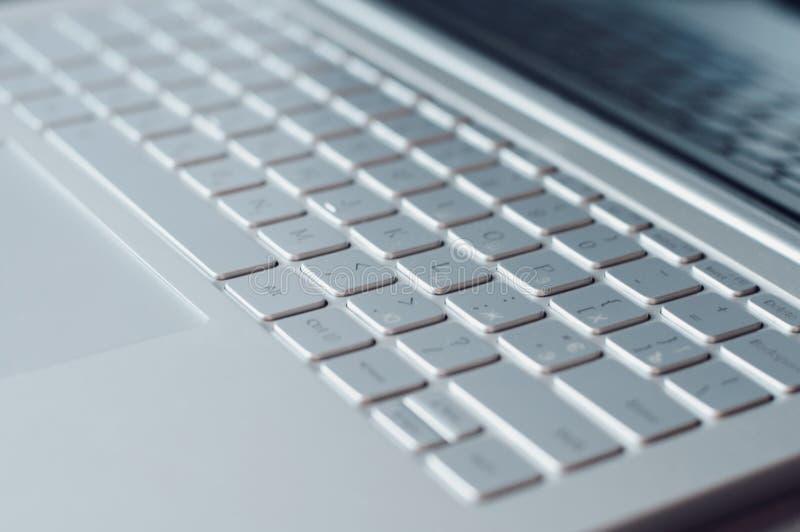 Крупный план клавиатуры компьтер-книжки Серебряное netbook стоковое фото rf