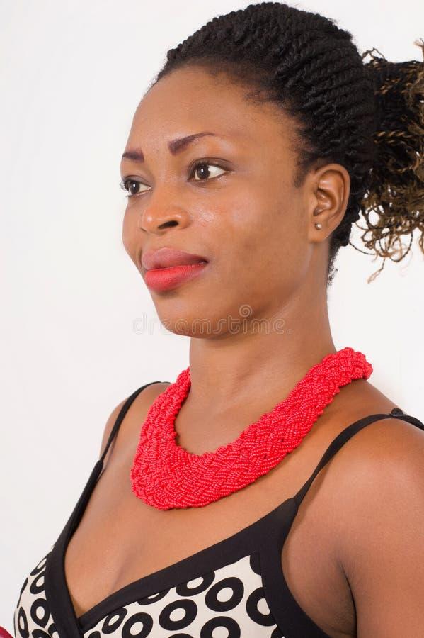 Крупный план красивой африканской женщины с ювелирными изделиями стоковые фото