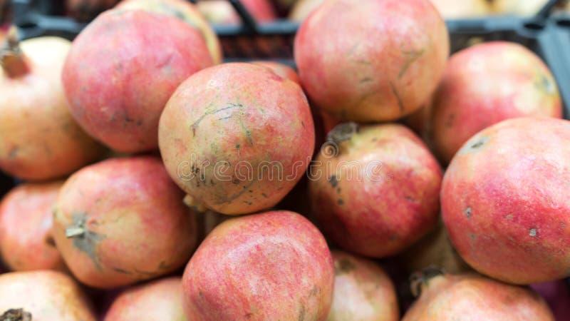 Крупный план красных грейпфрутов в рынке стоковое изображение rf