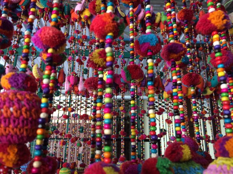 Крупный план красочных занавесов шарика с pompoms стоковая фотография rf