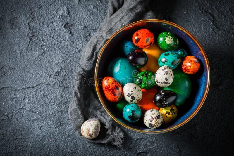 Крупный план красочных пасхальных яя на черном утесе стоковое фото rf