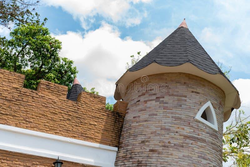 Крупный план купола замка на голубом небе с предпосылкой облака стоковые изображения rf