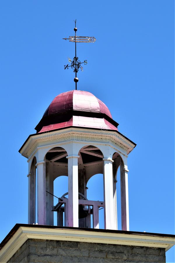 Крупный план куполка мельницы XVIII века шерстяного установил в буколический городок Harrisville, Нью-Гэмпшир, Соединенных Штатов стоковые фото