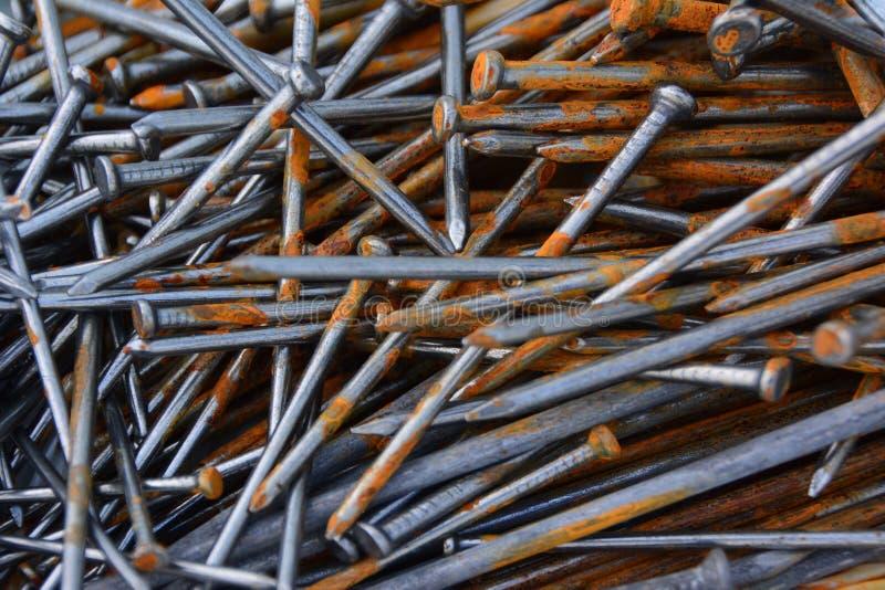 Крупный план кучи ржавых ногтей стоковое фото