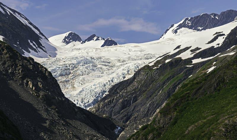 Крупный план ледника Аляски окруженного горами стоковые изображения rf