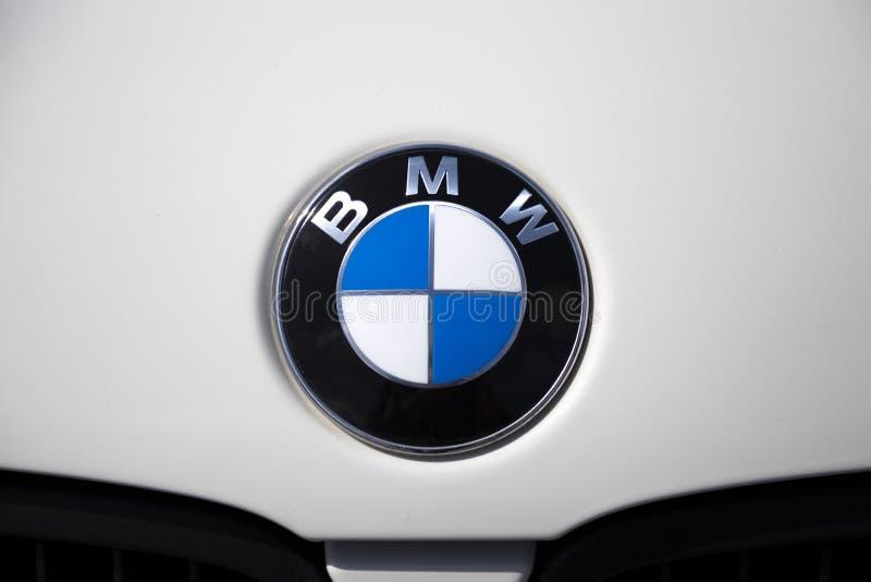 Крупный план логотипа бренда BMW Знак эмблемы автомобиля Chrome на белом клобуке автомобиля Настраивая шоу, Томск, Россия 2019-06 стоковая фотография rf
