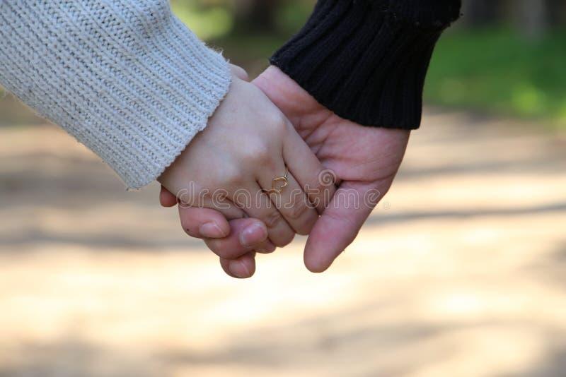 Крупный план любящих пар держа руки стоковые фотографии rf