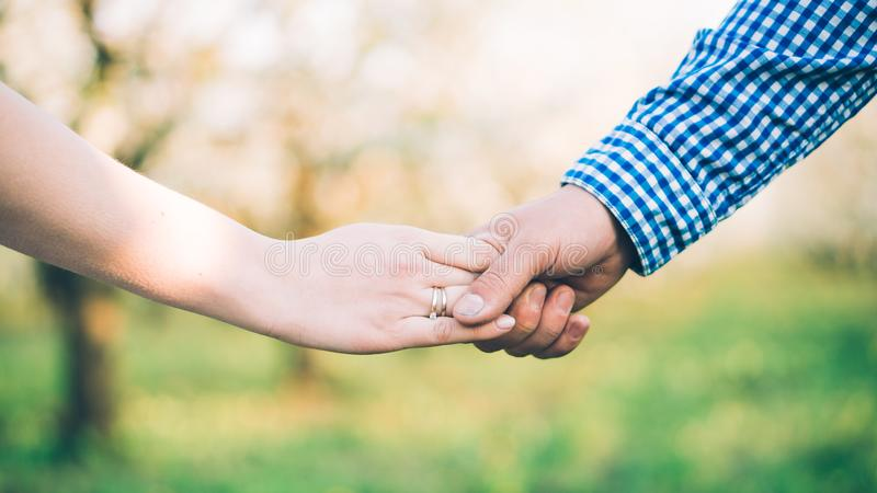 Крупный план любящих пар держа руки стоковые изображения rf