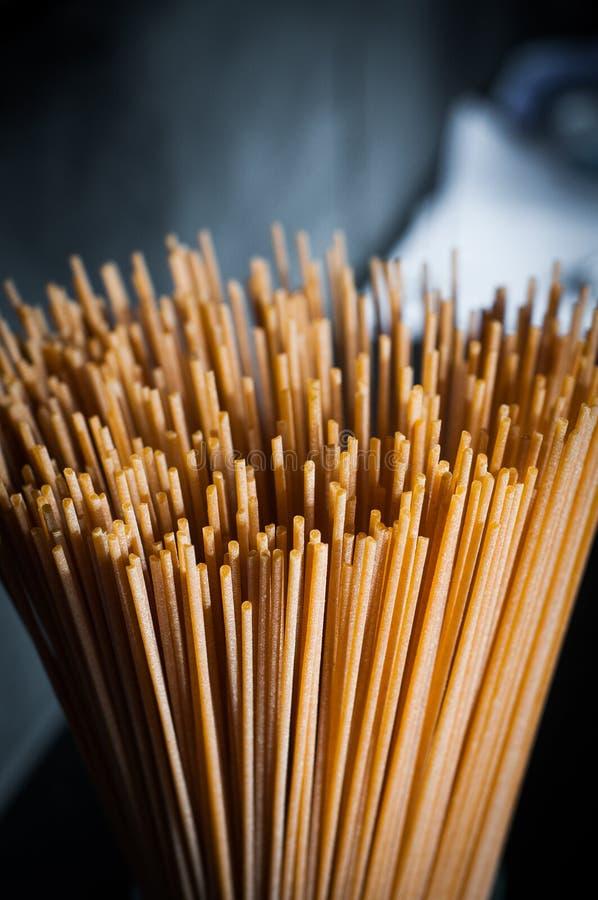 Крупный план макаронных изделий спагетти на темной предпосылке стоковая фотография rf