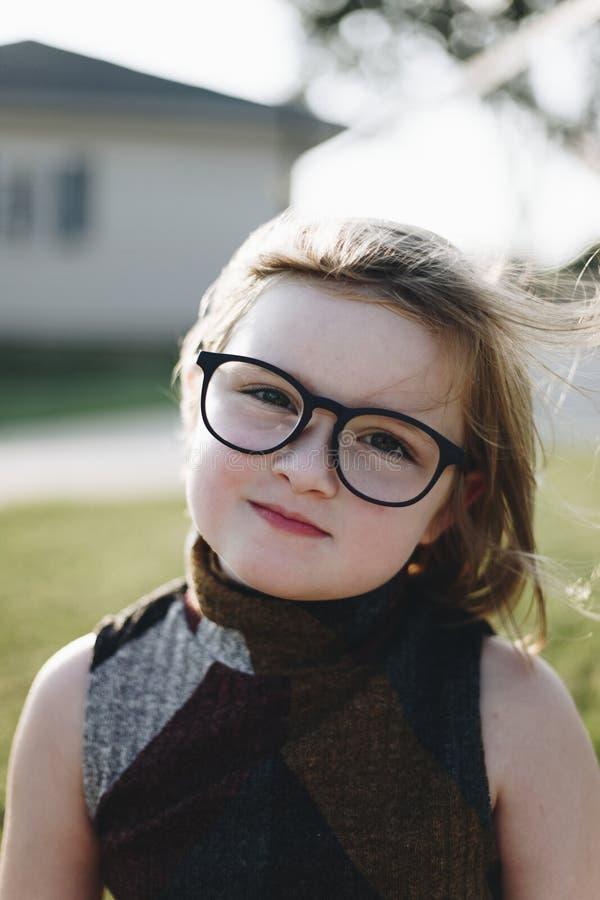 Крупный план маленькой девочки внешний стоковые изображения rf