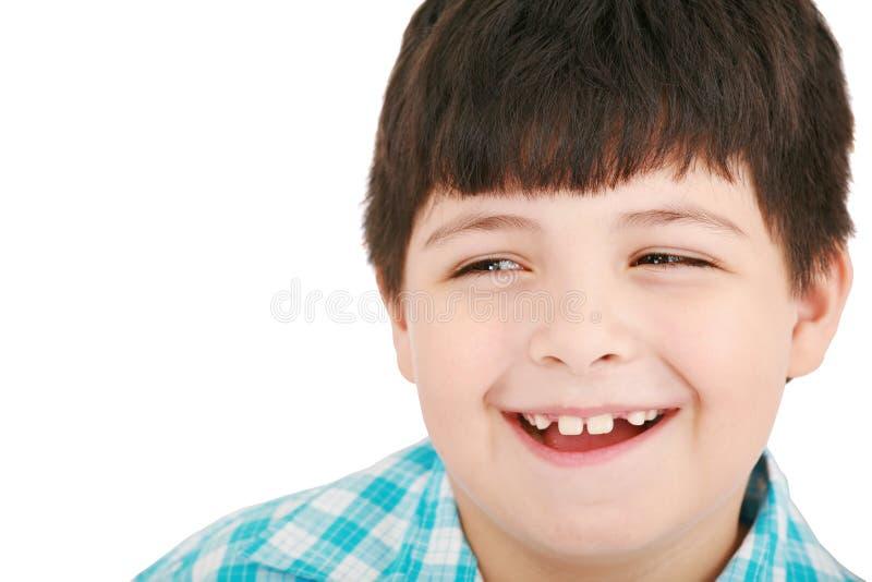 крупный план мальчика милый смеющся над меньшим портретом стоковое изображение rf