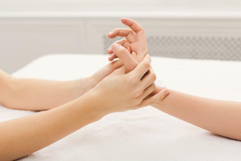 Крупный план массажа руки, точечный массаж стоковая фотография rf