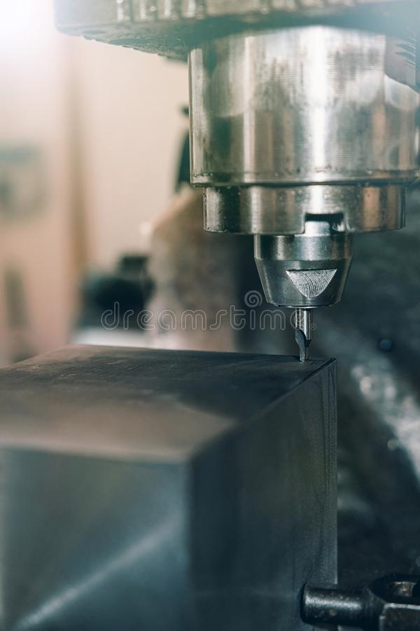 Крупный план металла сверля заклепка орудийного металла аппликатора заклепывает мастерскую стоковая фотография