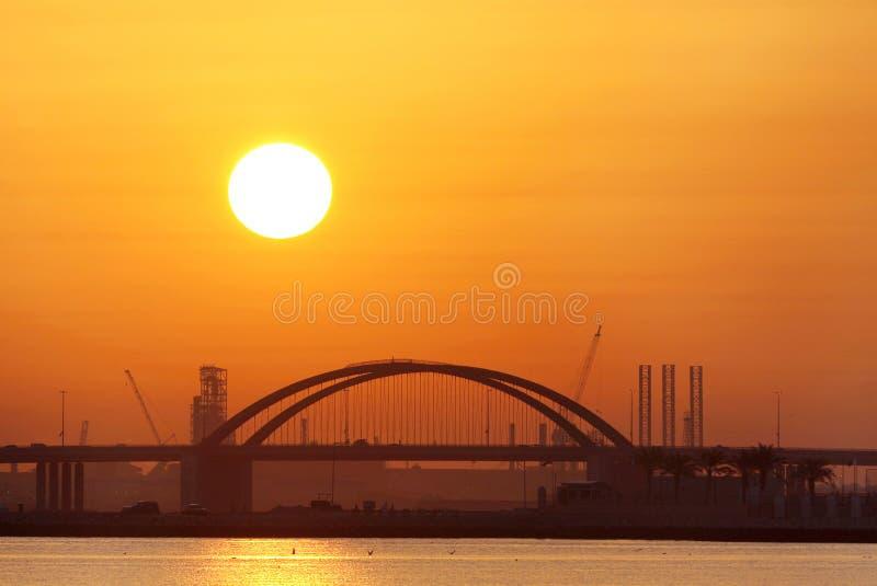 Крупный план моста & солнца Shaikh Khalifa на восходе солнца, Бахрейне стоковые изображения rf