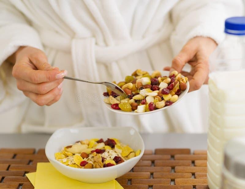 Крупный план на женщине делая здоровый завтрак стоковое фото rf