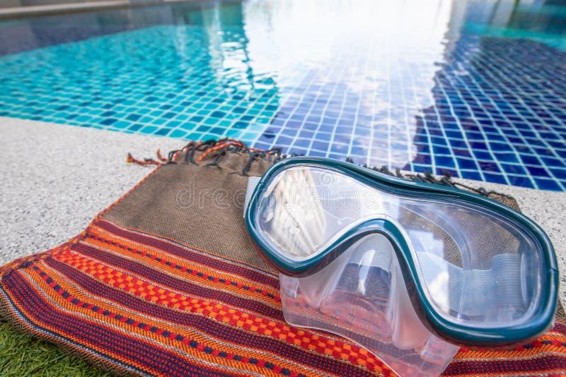 Крупный план на маске шноркеля с предпосылкой бассейна стоковое изображение