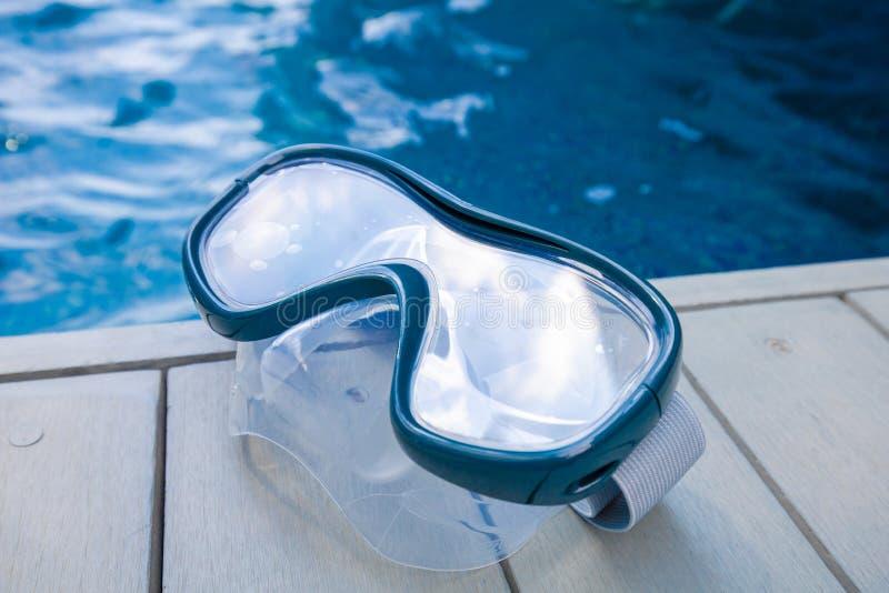 Крупный план на маске шноркеля с предпосылкой бассейна стоковое фото
