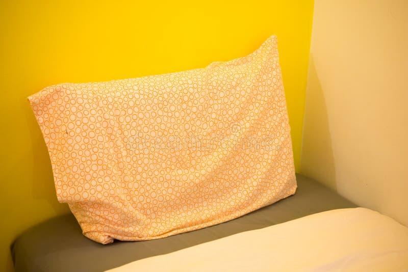 Крупный план нового одеяла с декоративными подушками, изголовья кровати стоковая фотография rf