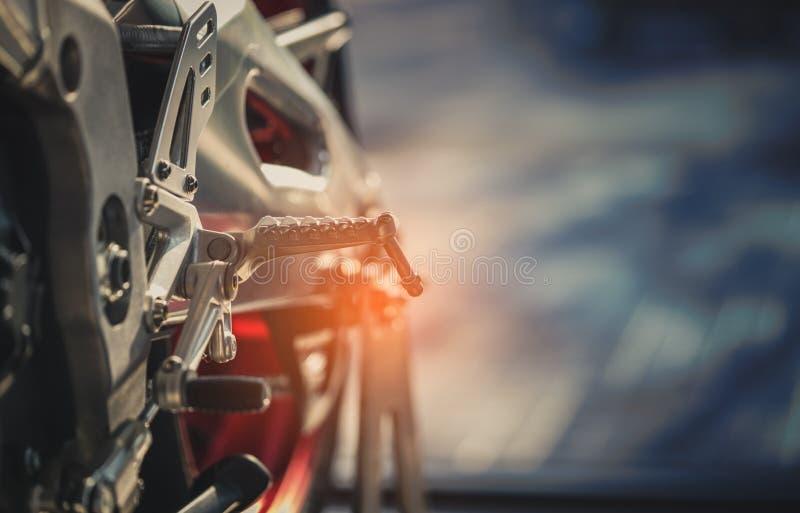 Крупный план новой педали footrest фронта мотоцикла Большие аксессуары мотоцилк footrest велосипеда Начните путешествие на канику стоковые фото