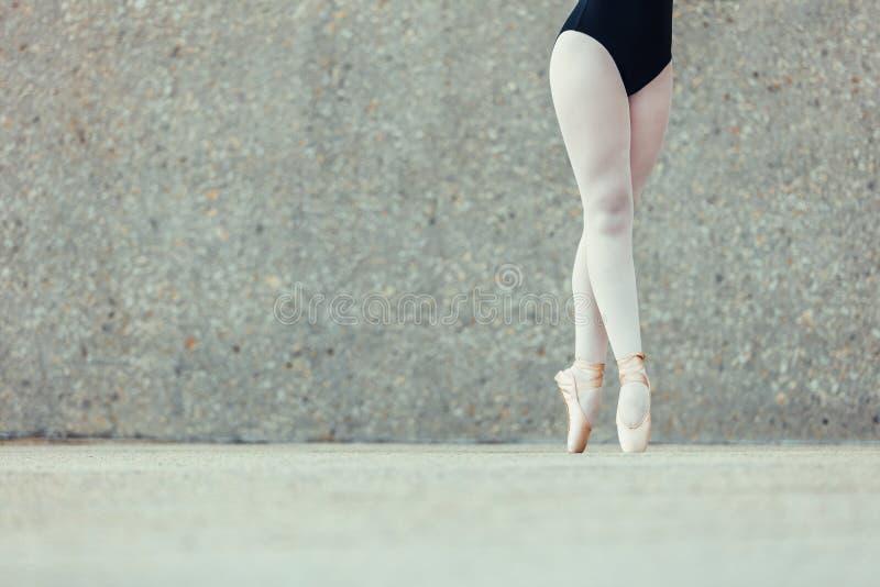 Крупный план ног артиста балета стоя в pointes стоковые фотографии rf