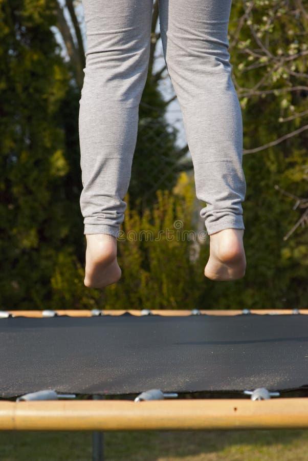 Крупный план ног низких над батутом стоковые фотографии rf