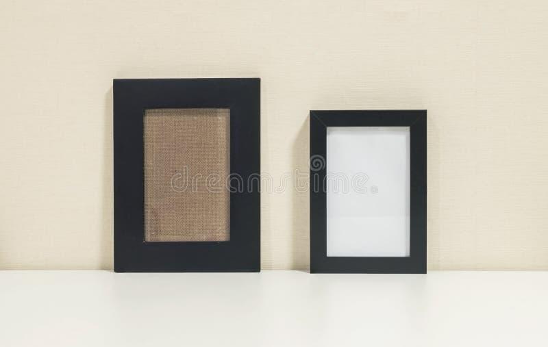 Крупный план оба рамка для фото на столе в предпосылке живущей комнаты стоковые изображения rf