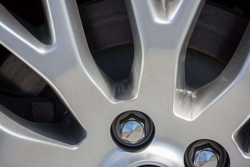 Крупный план оправ колеса автомобиля стоковые фото