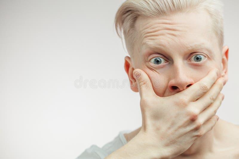 Крупный план осадки сокрушал молодого человека покрывая его сторону с рукой с отчаянием стоковое фото rf