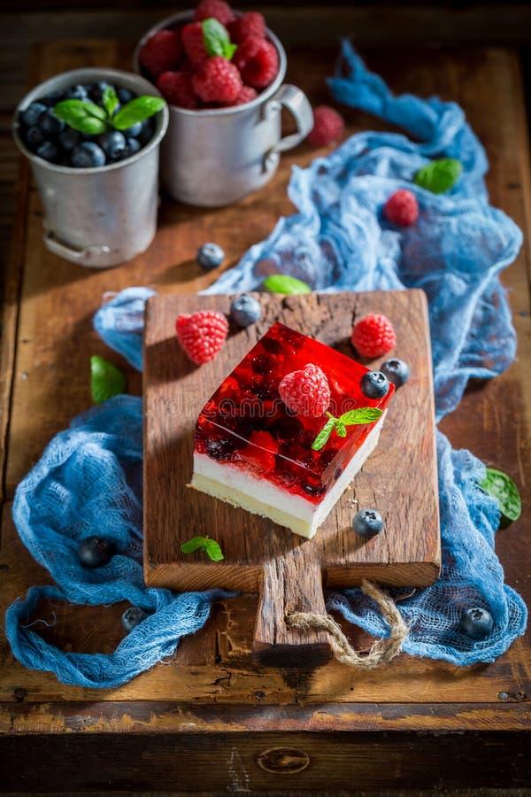 Крупный план очень вкусного торта с плодами студня и ягоды стоковая фотография