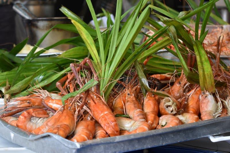 Крупный план очень вкусных королевских креветок на местном рынке chatuchak продовольственного рынка улицы в Таиланде, Азии стоковые фото