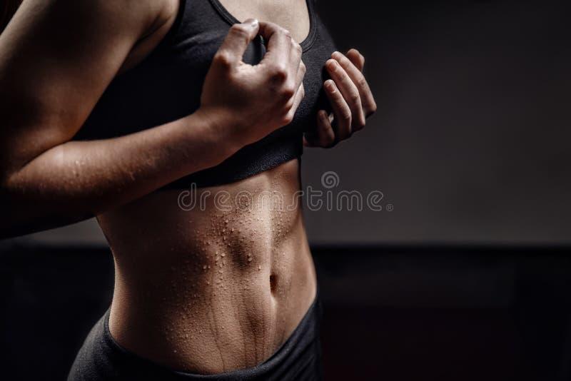 Крупный план падения пота на женщине брюшка кожи после разминки r r стоковое фото rf