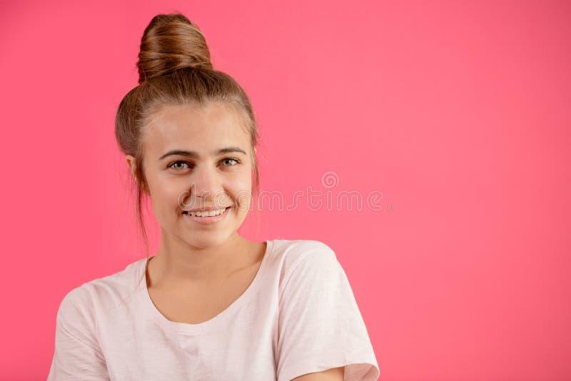 Крупный план подрезал фото женщины вытягивая волосы в плюшках стоковые фотографии rf