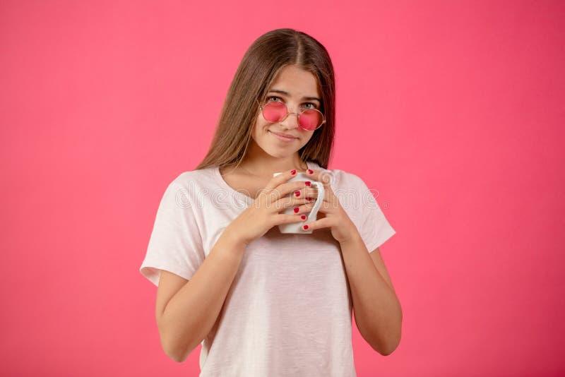 Крупный план подрезал фото красивого подростка держа белую кружку стоковое изображение rf