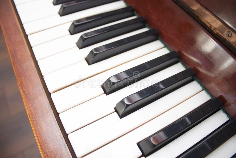 крупный план пользуется ключом рояль стоковое фото rf