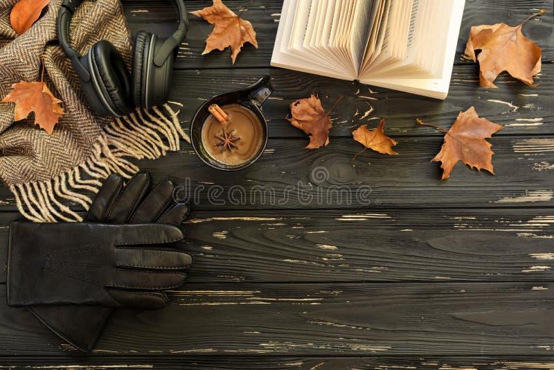 крупный план предпосылки осени красит красный цвет листьев плюща померанцовый Чашка кофе, шарф lambswool, кожаные перчатки, наушн стоковые фотографии rf