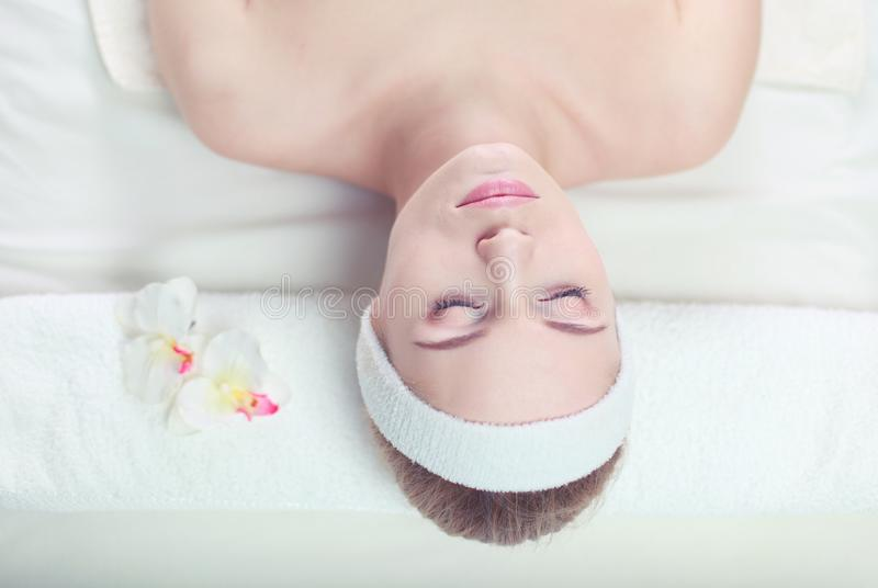 Крупный план привлекательной молодой женщины получая массаж стоковое фото