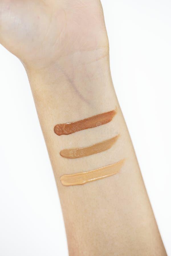 Крупный план продуктов испытания женщины косметический стоковые фото