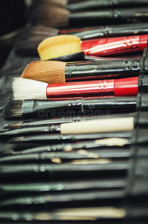 Крупный план профессиональных инструментов макияжа в их держателе Щетки для создания макияжа стоковые изображения rf