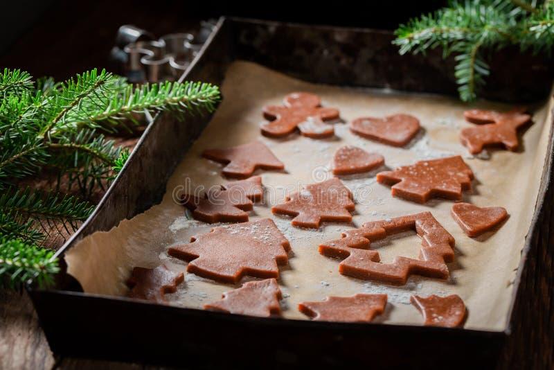 Крупный план резать печенья пряника для рождества на печь подносе стоковая фотография rf