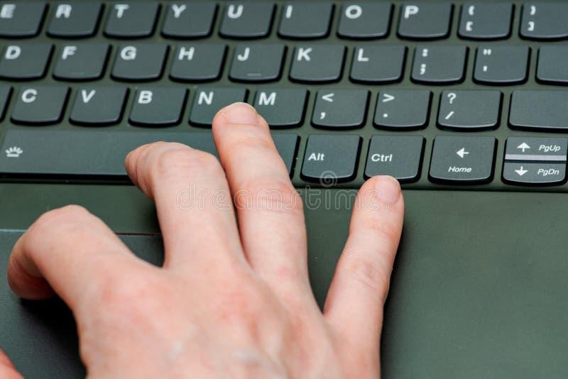 Крупный план руки бизнес-леди печатая на клавиатуре ноутбука пробуя получать доступ к данным стоковые фото