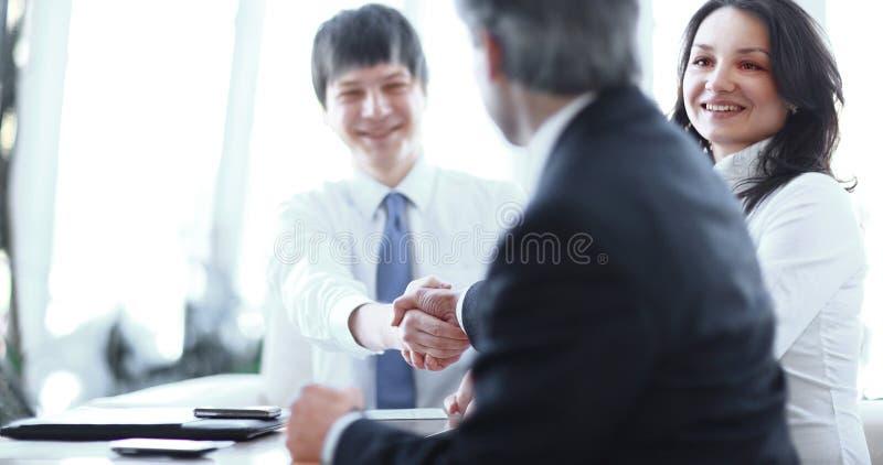 Крупный план рукопожатия деловых партнеров на деловой встрече стоковая фотография rf