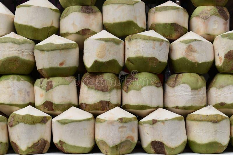 Крупный план свежих детенышей выпивает кокос на местном рынке chatuchak продовольственного рынка улицы в Таиланде, Азии стоковое фото