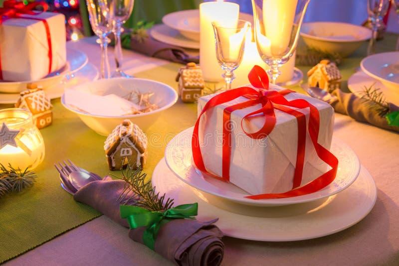 Крупный план сервировки стола рождества с свечами и подарками стоковое изображение rf
