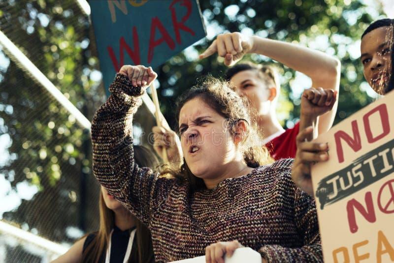 Крупный план сердитый предназначенный для подростков протестовать девушки стоковые фото