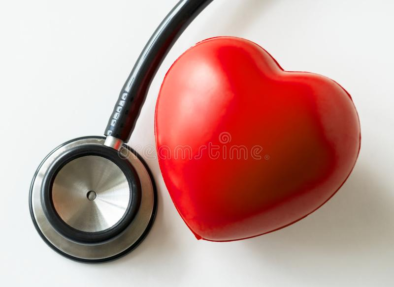 Крупный план сердца и концепции проверки стетоскопа сердечнососудистой стоковое фото rf
