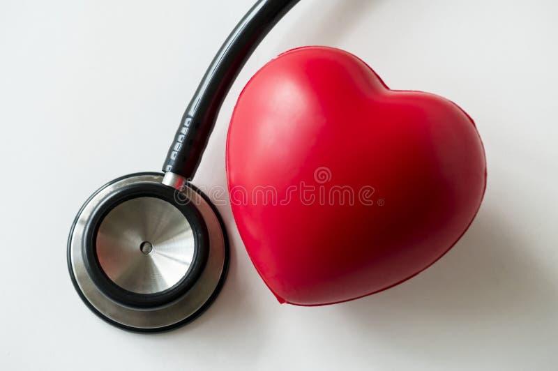 Крупный план сердца и стетоскопа стоковые фото
