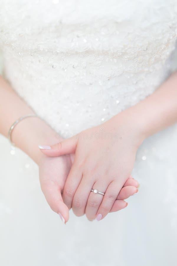 Крупный план серебряной невесты обручального кольца в наличии красивой в sil стоковое фото