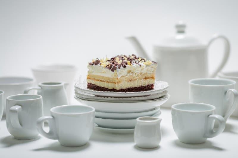 Крупный план сладкого белого торта с муссом, шоколадом и фарфором стоковое изображение rf
